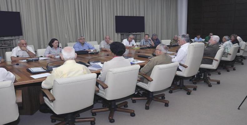 La kuba prezidento Miguel Díaz-Canel pritaksas la programon pri loĝado.