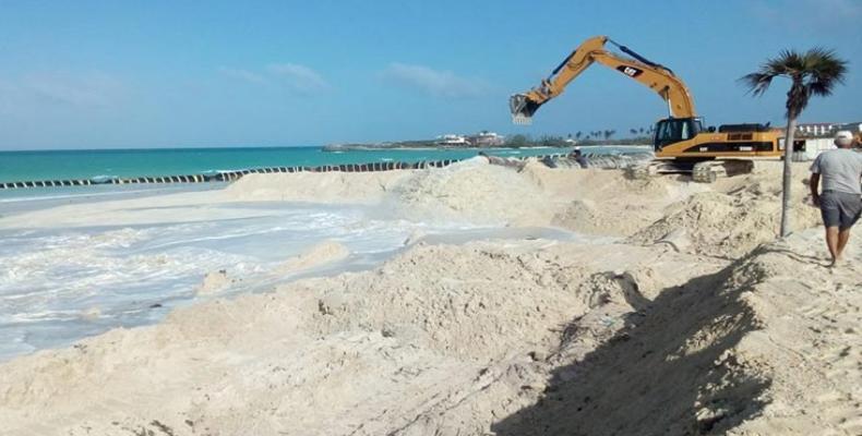 El vertimiento de arena se hace para formar una duna que proteja el área de baño. Foto: periódico El Invasor