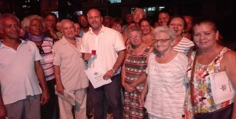 Junto a Gerardo Hernández (C), los vecinos, tan desenfados como cada día, vivieron la experiencia de aportar a su Constitución. Fotos: Marianela Samper