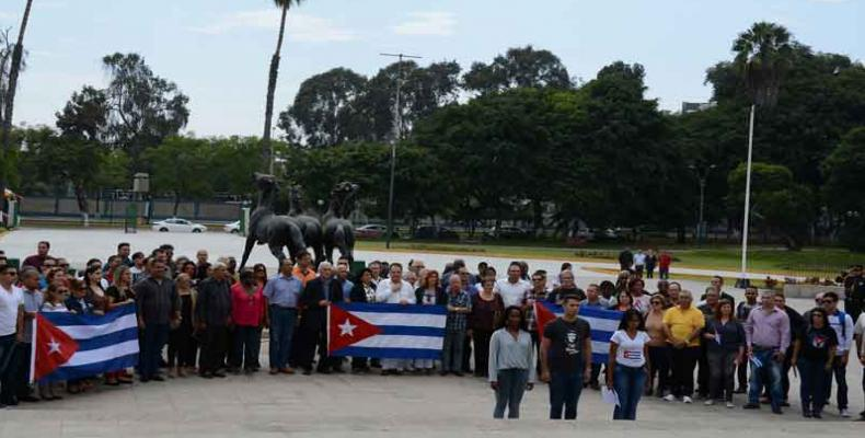 Kuba delegitaro omaĝas la heroojn de Peruo
