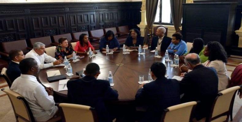Usonaj kongresistoj kaj kubaj deputitoj. Foto el Cubadebate.