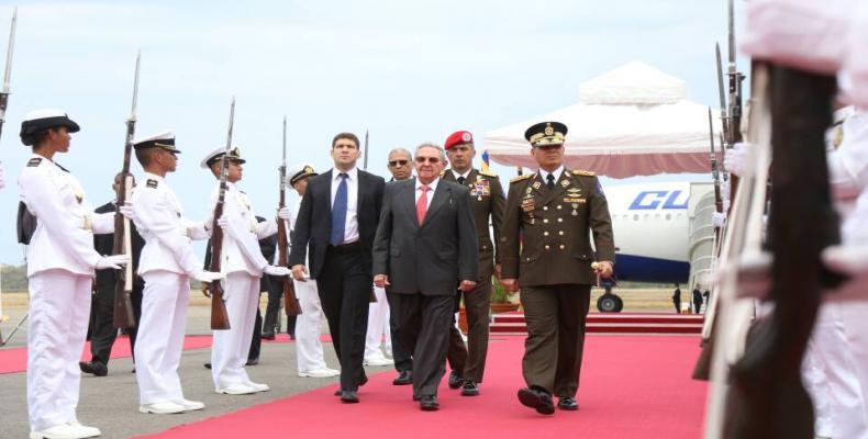 Raul Castro en la flughaveno de Marquetia en Venezuelo