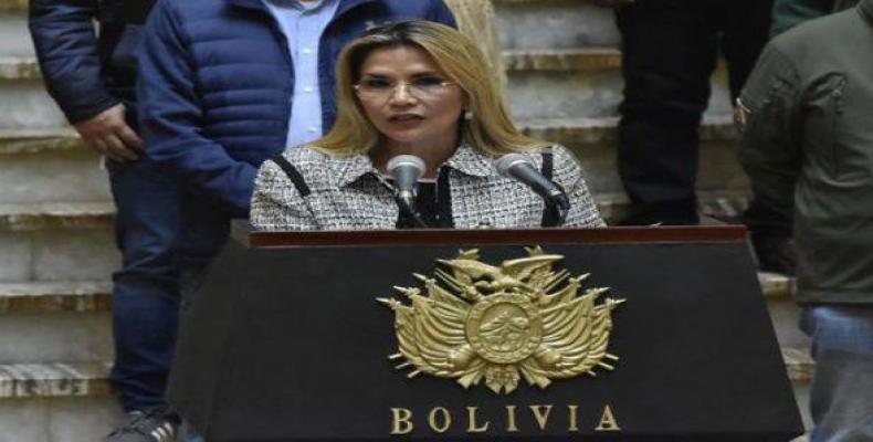 Diputados del partido político MAS proponen enjuiciar a la mandataria de facto por ineptitud al negar el paso a ciudadanos en la frontera con Chile.Foto:EFE