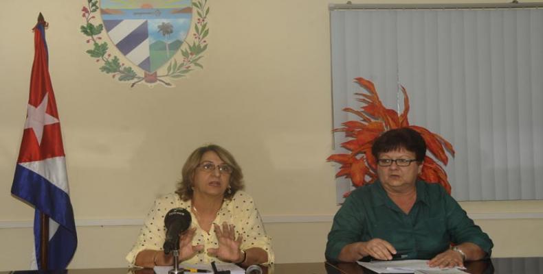 Alina Balseiro (I) y María Esther Bacallao (D) dialogan con la prensa, en La Habana. Fotos: Vladimir Molina/PL