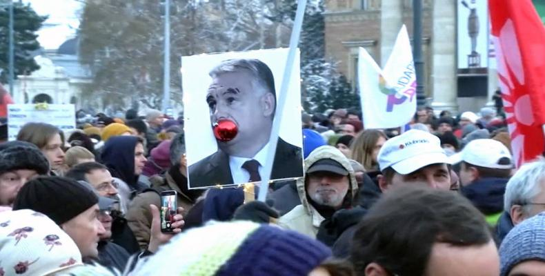 """Thousands protest """"slave law"""" in Hungary.  Photo: Reuters"""