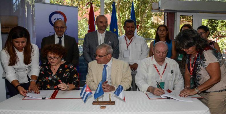Firmaron el convenio Patrice Paoli, embajador de París en La Habana, Bénédicte Garzon, directora adjunta del Departamento de América Latina de la AFD y el minis
