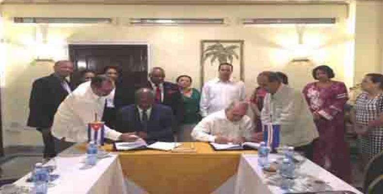 Arlindo do Rosario y Roberto Morales firman nuevo acuerdo de colaboración bilateral.(Imagen:Cubaminrex)