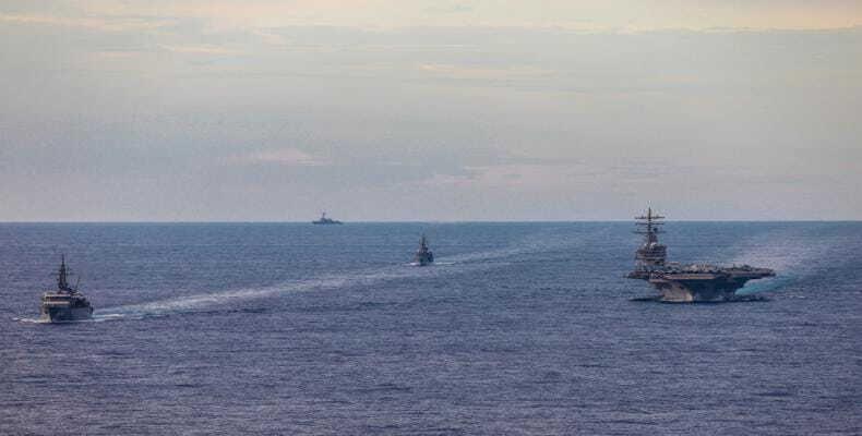 Barcos japoneses y portavión estadounidense en acción provocadora