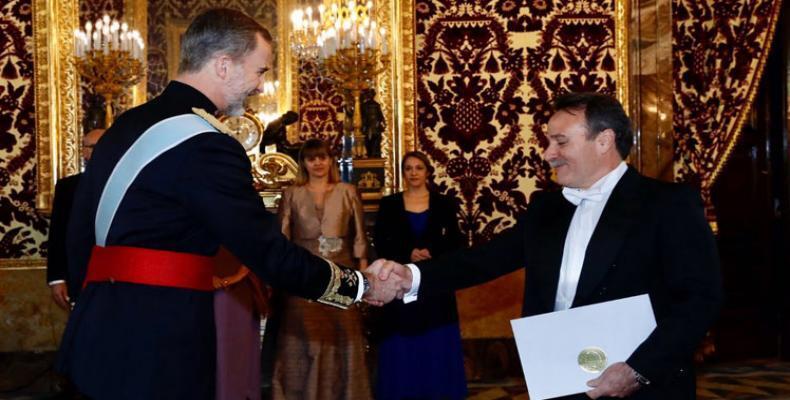 El monarca español (I) junto al representante cubano (D). Foto tomada de PL