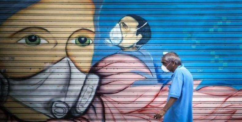 Man passes in front of a graffiti, Buenos Aires, Argentina.  (Photo: EFE)