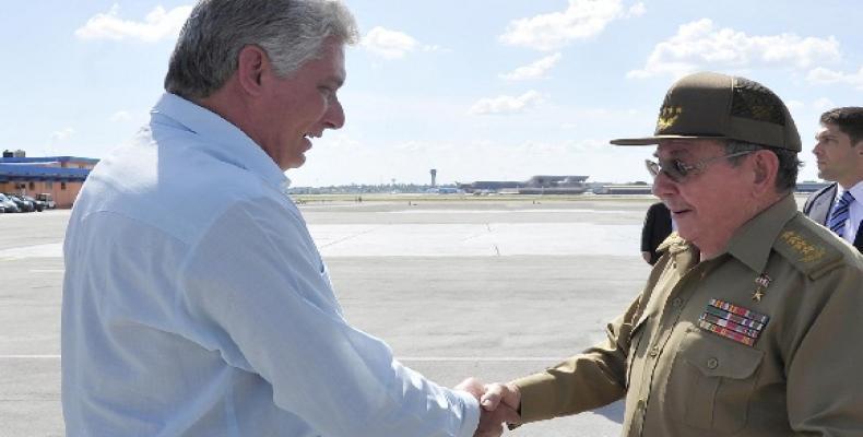 Raúl Castro (D) le da la bienvenida a la patria a Díaz-Canel (I). Foto tomada de la ACN