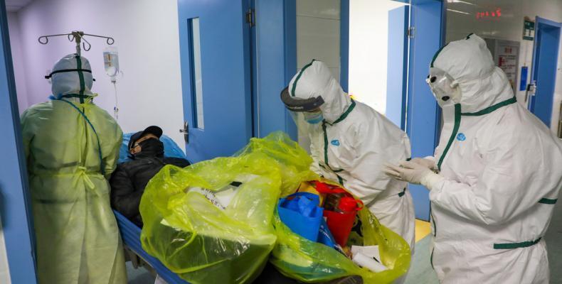 Personal médico traslada a un nuevo paciente con coronavirus en Hubei (China), el 6 de febrero de 2020.China Daily / Reuters