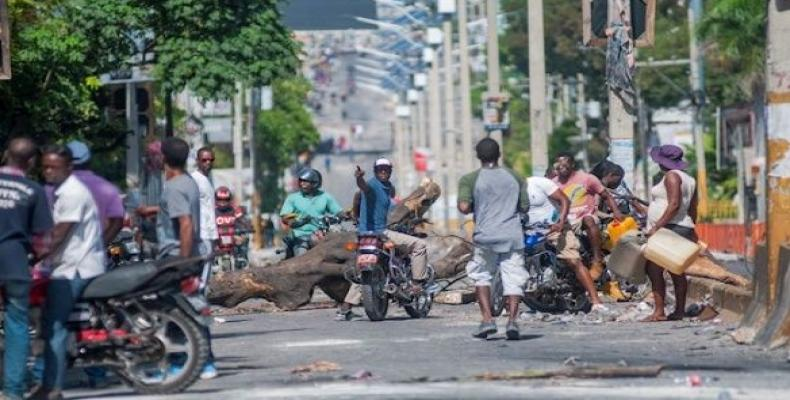A man guards a barricade in Port-au-Prince. (Photo: EFE)