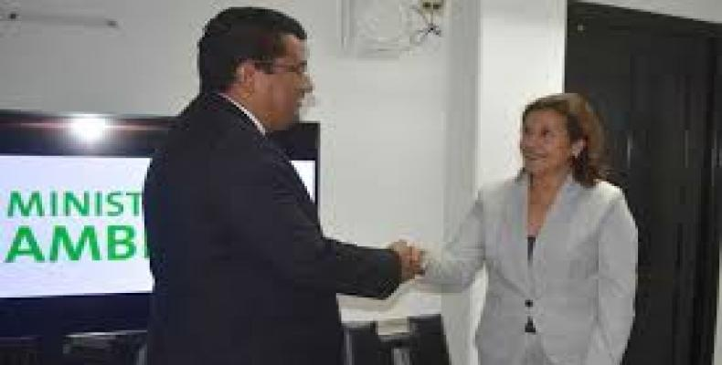 La ministra cubana de Ciencia, Tecnología y Medio Ambiente, Elba Rosa Pérez, y su homólogo panameño de Ambiente, Emilio Sempris, firmaron el convenio.Foto:ACN.