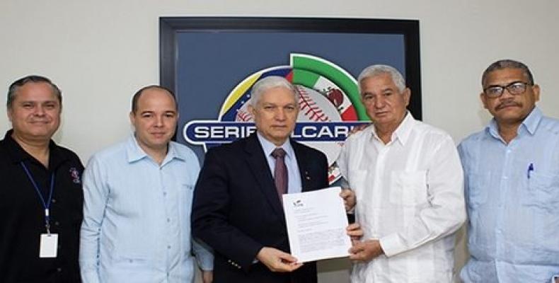 Puello (C) recibe la petición formal de manos de Higinio Vélez (a su izquierda). Foto: CBPC.