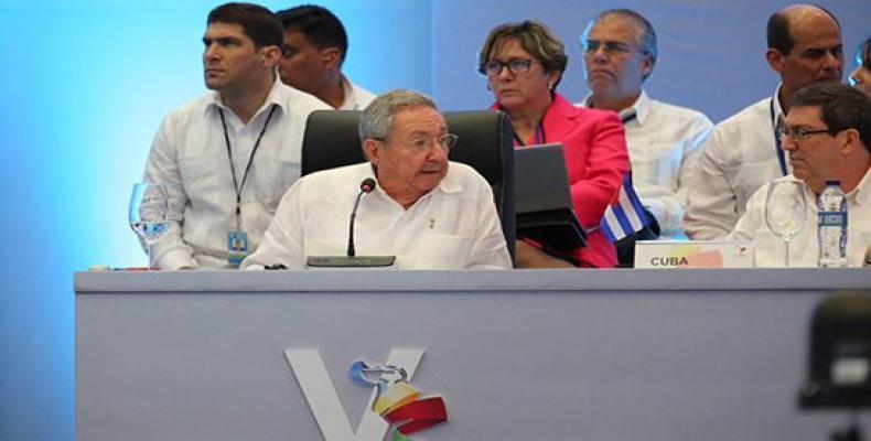 Raúl Castro en la V Cumbre de la Celac, a su izquierda el canciller cubano, Bruno Rodríguez. Foto: @PresidenciaRD/ Twitter.