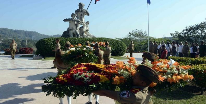 Estudiantes de la Escuela Militar Camilo Cienfuegos, del municipio de Contramaestre, depositaron las flores. Fotos: Archivo ACN