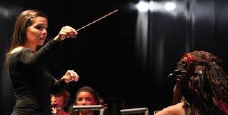 Daiana García, al frente de la Orquesta de Cámara de La Habana (foto/www.cmbfradio.cu)