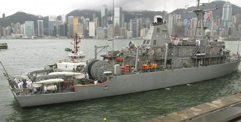 La ŝipo USS Patriot en la haveno de Hongkongo en julio de 2001