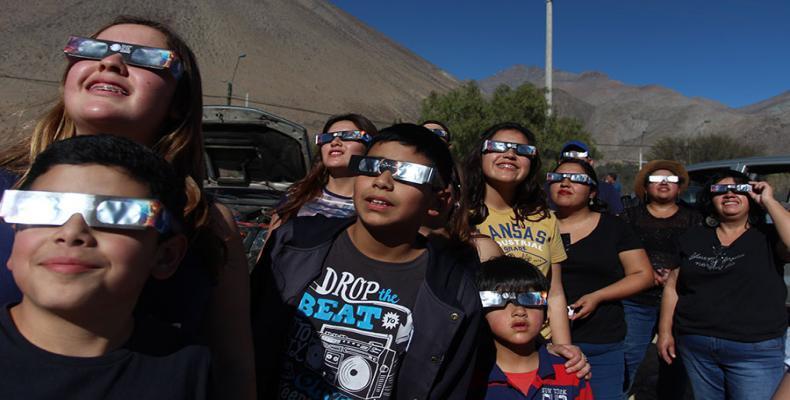 Chilenos observan el eclipse total de sol. (Foto tomada de internet. www.latercera.com