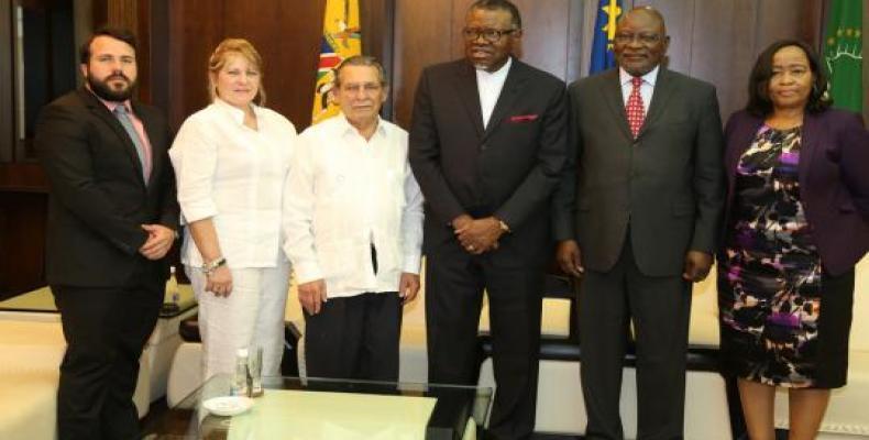 El Presidente namibio felicitó al embajador Mazola por sus excelentes resultados de trabajo y por los aportes realizados al fortalecimiento de las relaciones hi