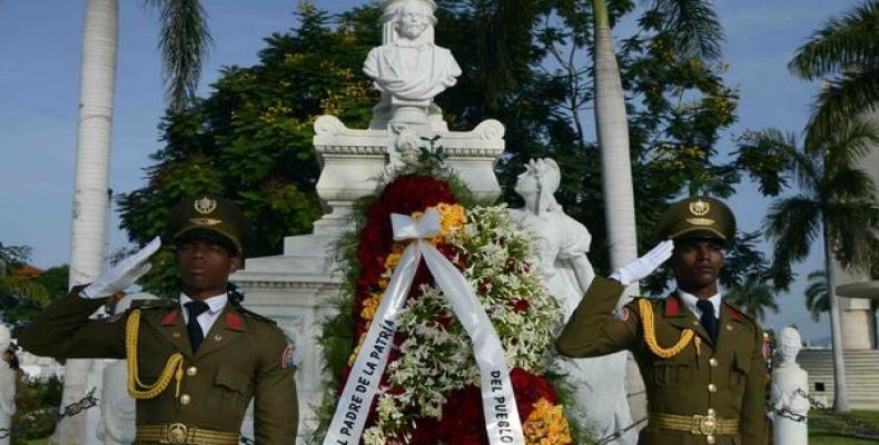 Rinden tributo al Padre de la Patria en Santiago de Cuba. Foto: Miguel Rubiera Jústiz/ACN.