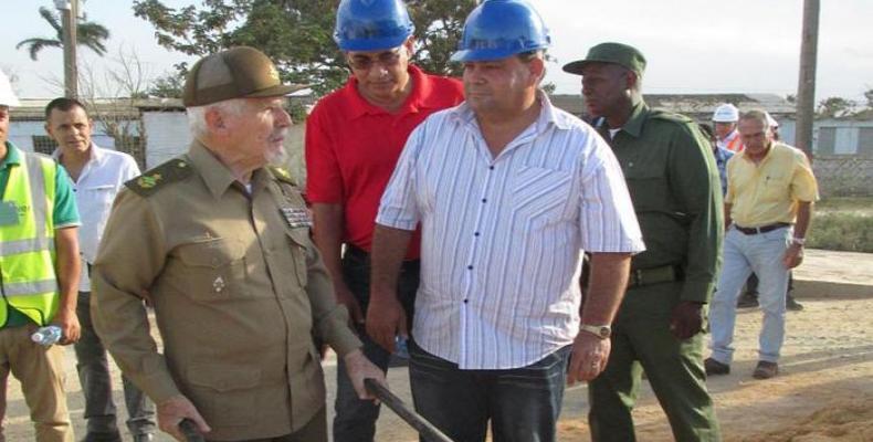 Ramiro Valdés en su recorrido por la obra. Foto: Diario Granma