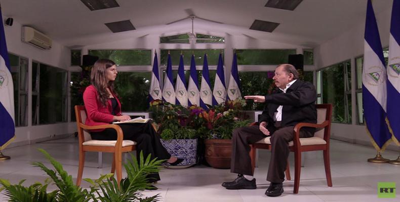 El presidente nicaragüense dialoga con la periodista Julia Muriel Dominzain: Foto: RT