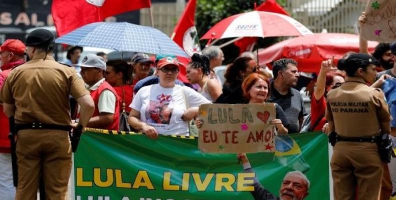 Supporters of former Brazil's President Luiz Inacio Lula da Siva stand next to the Federal Justice headquarters in Curitiba, Brazil, Nov. 14, 2018.    Photo: Re