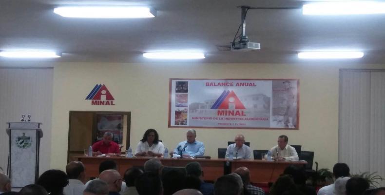 En el encuentro están presentes, además, Ulises Guilarte, secretario general de la CTC; Ulises Rosales, vicepresidente del Consejo de Ministros, e Iris Quiñones