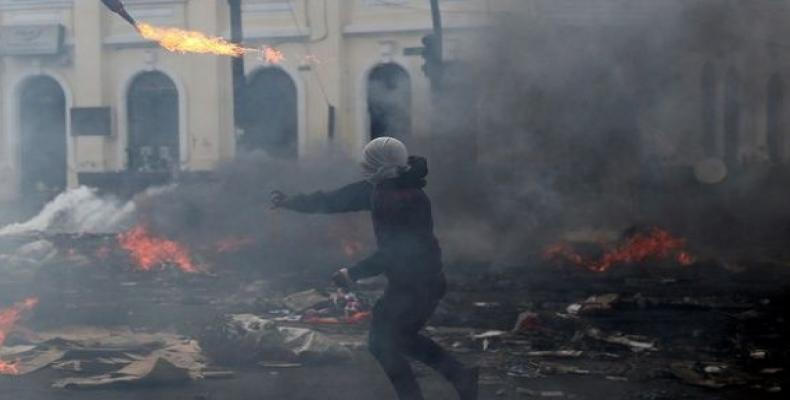 A demonstrator throws a molotov cocktail in Quito.  (Photo: Reuters)