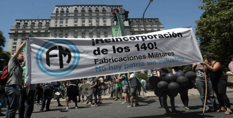 Mnifestantes protestan contra el despido de los 140 trabajadores de FM. (Foto: infonews.com)