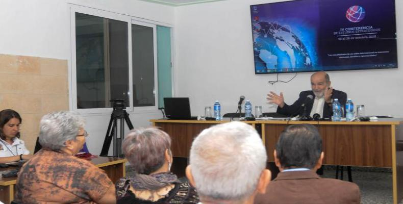 Economista Osvaldo Martínez en conferencia sobre Fidel Castro