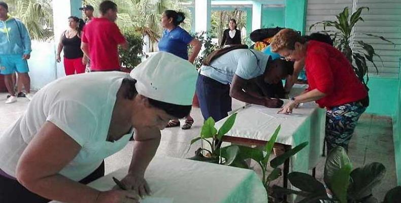 Continúa en Cuba recogida de firmas en apoyo a Venezuela. Foto: PL.