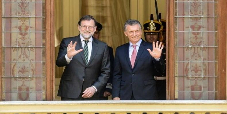 Argentinean President Mauricio Macri and Spain's Prime Minister Mariano Rajoy wave from the balcony of the Casa Rosada government house in Buenos Aires.  Photo:
