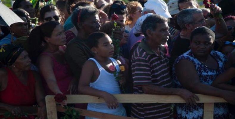 Ante el monumento a Fidel avanza, despacio y en silencio, una larga fila. Foto: Fernando Medina/Cubahora