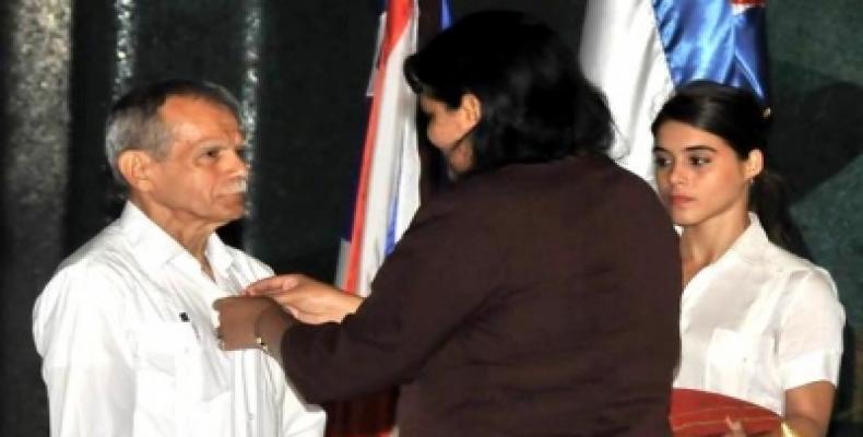 El luchador recibe la Orden de manos de Mercedes López Acea, miembro del Buró Político del Partido Comunista de Cuba . Foto: ACN
