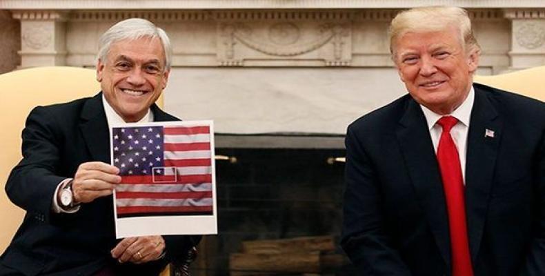 Piñera muestra una imagen donde la bandera de Chile aparece contenida dentro de la de Estados Unidos. Foto/ Cubadebate