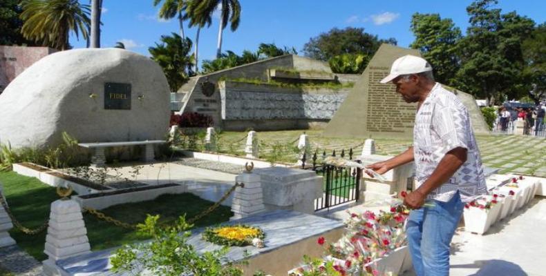 Danny Glover rindiendo homenaje a Fidel Castro.  Foto: Diario Granma