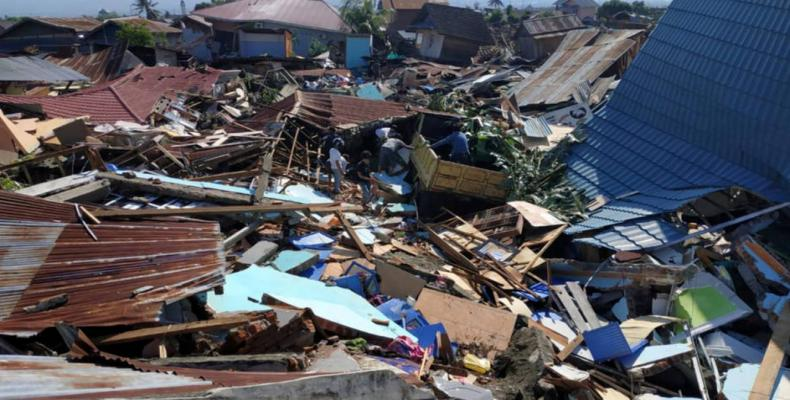 Indonesia tsunami death toll tops 2,000 with 5,000 still missing.  Photo: AP