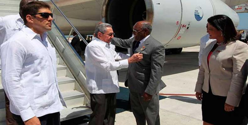 Raúl Castro (I) es recibido en Isla de Margarita por Aristóbulo Istúriz (D), Vicepresidente de Venezuela. Foto: PL