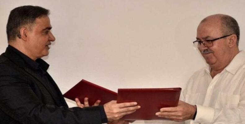 Dario Delgado et Tarek Williams échanges les copies de l'accord