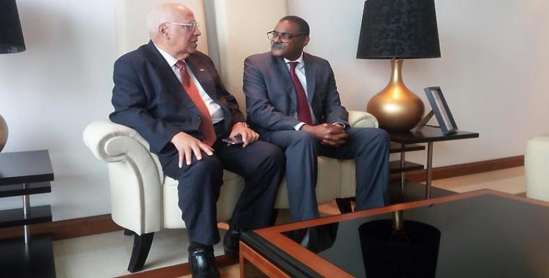 A son arrivée à Luanda, Ricardo Cabrisas, à gauche, a été accueilli par Domingo Lopes, vice-ministre angolais de la Coopération.