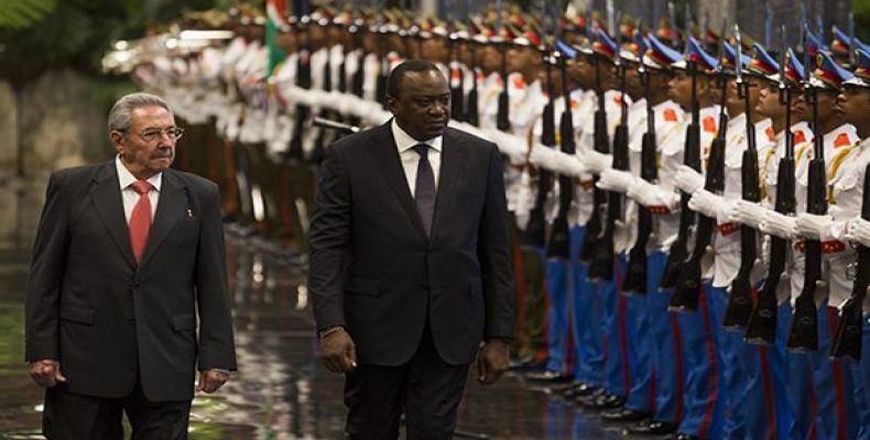 Uhuru Kenyatta, oficiala laborviziton en Kubo.