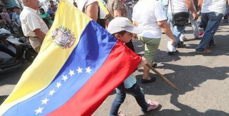 """Demonstrators demanded Colombia respect the """"free self-determination of the Venezuelan people and their struggle to live in peace.""""   Photo: EFE"""
