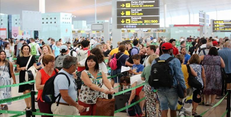 Pasajeros afectados por la huelga de los vigilantes en el aeropuerto barcelonés El Prat. (Foto:tomada de internet)