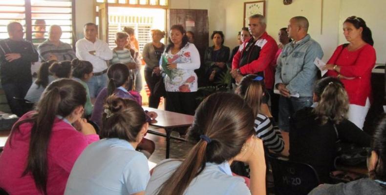 Candidatos en elecciones cubanos visitan una escuela
