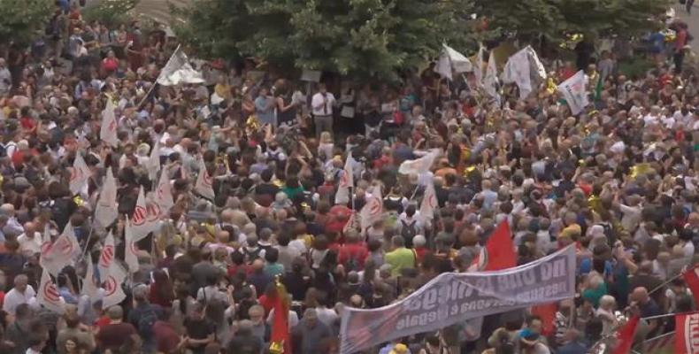 Protesters in Milan against Italy's decision to bar migrants.  Photo: Ruptly