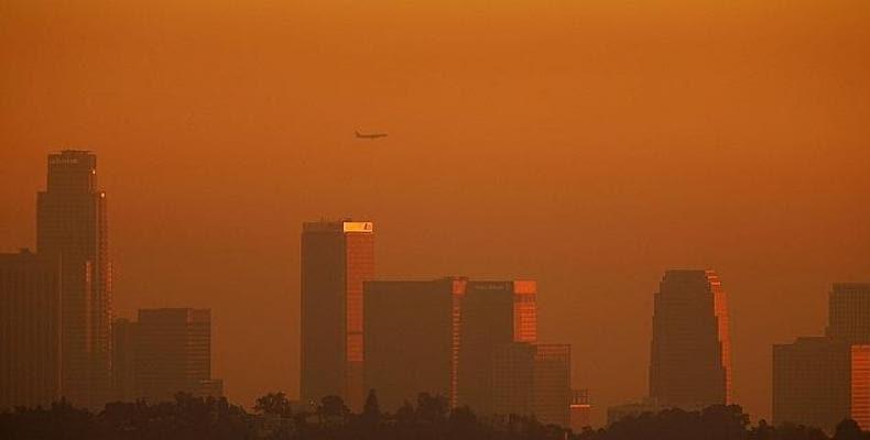 Imagen de la capa de contaminación en el centro de Los Angeles en 2006. Foto/ABC.es