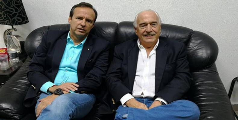 In this photo from Andres Pastrana´s twitter account, the two former presidents sit comfortably in Havana´s International Airport